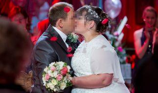 Bauer Martin und Jenny küssen sich auf ihrer TV-Hochzeit. (Foto)