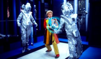Der Doktor trifft auf seine alten Widersacher, die Kybermänner (Cybermen). (Foto)
