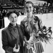 Katarina Witt nach dem Sieg 1984 zusammen mit ihrer Trainerin Jutta Müller.