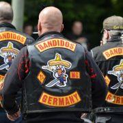 Transe stolziert mit gestohlener Rocker-Weste durch Hamburg (Foto)
