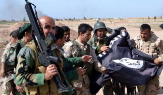 Kurdische Peshmerga-Kämpfer in der Nähe der irakischen Stadt Kirkuk. Berichten der Türkei zufolge unterstützt Ankara die kurdischen Truppen im Kampf gegen den IS. (Foto)