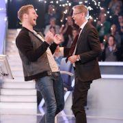 Leon Windscheid feiert gemeinsam mit Günther Jauch seinen Millionen-Gewinn.