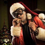 Weihnachtsmänner klauen geschmückte Tanne (Foto)