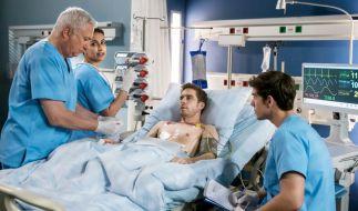 Dr. Loosen (Robert Giggenbach, l.), Dr. Sherbaz (Sanam Afrashteh, 2.v.l.) und Ben Ahlbeck (Philipp Danne, r.) nehmen Roberts Nachuntersuchung vor. (Foto)