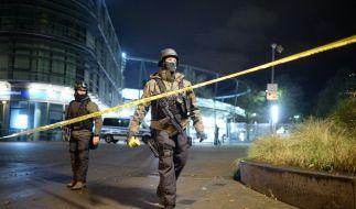 Polizisten vor dem Stadion in Hannover. (Foto)