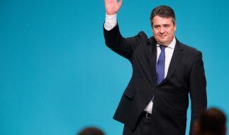 """""""So machen wir es jetzt"""": Sigmar Gabriel wurde erneut zum SPD-Chef gewählt und bezog nun auch klare Stellung zu seiner Kanzlerkandidatur. Seine eigene Partei verpasste ihm jedoch erst einmal einen Dämpfer. (Foto)"""