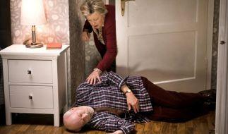 Helga Beimer (Marie-Luise Marjan) findet den leblosen Körper ihres Mannes Erich (Bill Mockridge) im Schlafzimmer. (Foto)