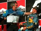 Michael Schumacher feierte mit Benetton-Teamchef Flavio Briatore 1995 auf dem Podium den Sieg im japanischen Aida. (Foto)