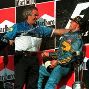 Michael Schumacher feierte mit Benetton-Teamchef Flavio Briatore 1995 auf dem Podium den Sieg im japanischen Aida.