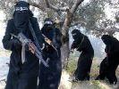 Screenshot eines Propagandavideos der IS-Miliz zeigt voll verschleierte Frauen mit Gewehren, die angeblich in der syrischen Stadt Al-Rakka operieren (undatiert). (Foto)
