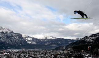 Die Skisprung-Schanze in Garmisch-Partenkirchen liegt ganz idyllisch vor den Alpen. (Foto)