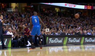 Der Moment, in dem LeBron James mit Ellie Day zusammenstößt. (Foto)