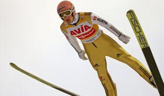 Der deutsche Skispringer Severin Freund springt am 21.11.2015 beim Teamspringen zum Weltcupauftakt der Skispringer von der Großschanze in der Vogtland-Arena in Klingenthal (Sachsen). (Foto)