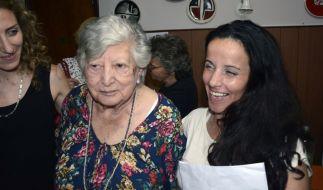 María Isabel Chorobik de Mariani konnte ihre Enkelin endlich wieder in die Arme schließen. (Foto)