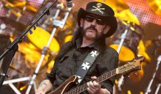 Lemmy Kilmister, Bassist und Sänger der Band Motörhead steht am 01.08.2014 in Wacken auf einer Bühne des Festivalgeländes. (Foto)
