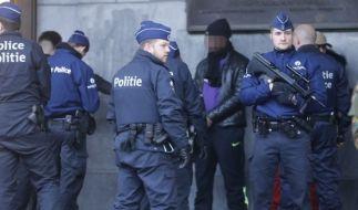 Polizeikontrollen und Festnahmen vor dem Brüsseler Hauptbahnhof am 23. November 2015. (Foto)