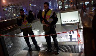 Polizisten sperren am 01.01.2016 in München (Bayern) einen Zugang zum Hauptbahnhof ab. Die Polizei in München hat am Silvesterabend vor einem Terroranschlag in der bayerischen Landeshauptstadt gewarnt. (Foto)