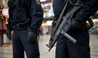 Schwer berwaffnete Polizisten stehen am 01.01.2016 in München (Bayern) im Hauptbahnhof. (Foto)