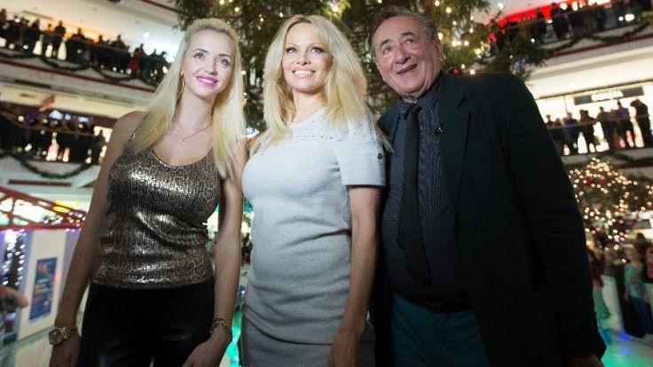 Richard Lugner mit seiner Frau Cathy und Schauspielerin Pamela Anderson. (Foto)