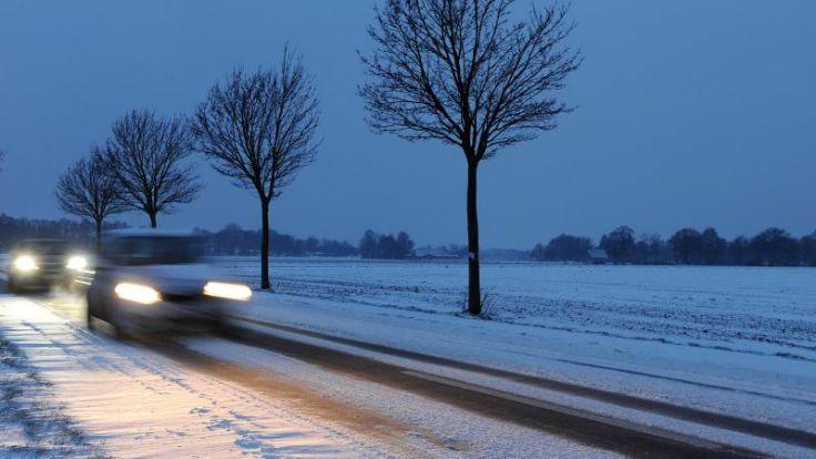 Verschneite Landstraße bei Delmenhorst in Niedersachsen: Nach einem milden Dezember zeigt sich der Winter Anfang Januar erstmals von seiner kalten Seite. (Foto)