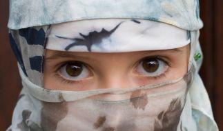 IS-Terroristen entführen junge Mädchen und verkaufen sie als Sex-Sklaven. (Symbolbild) (Foto)