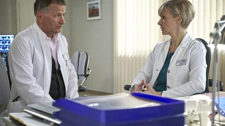Dr. Roland Heilmann (Thomas Rühmann) schafft die Doppelbelastung als Klinikleiter und Chefarzt nicht mehr. (Foto)