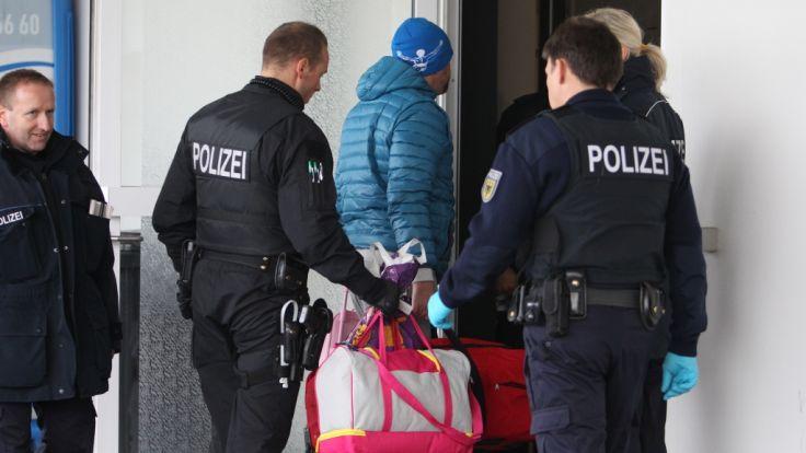 Polizisten begleiten abgelehnte Asylbewerber am 24.11.2015 auf dem Flughafen Leipzig-Halle in Schkeuditz (Sachsen) zu ihrem Abflug nach Belgrad (Serbien). (Foto)