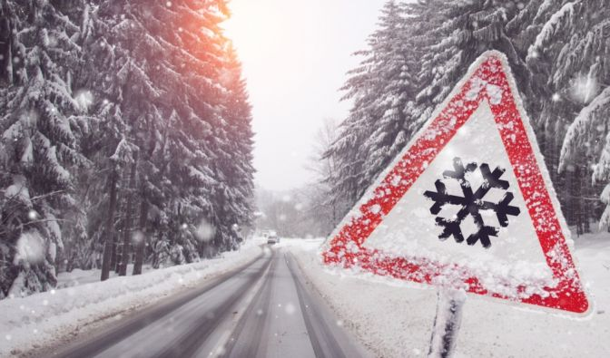 Während der kalten Jahreszeit drohen Autofahrern teils empfindliche Strafen durch Verstöße, die Ihnen häufig nicht einmal bewusst sind. Diese Dinge sollten Sie bei der Fahrt unbedingt beachten, um Bußgelder und Punkte zu vermeiden. (Foto)