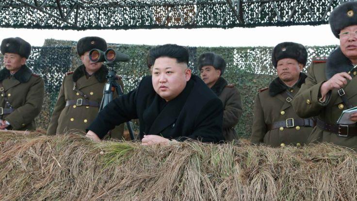 Kim Jong Un beim Beobachten einer Trainingseinheit der Armee. (Foto)