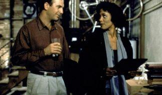 """Kevin Kostner und Whitney Houston im Drama """"Bodyguard"""". (Foto)"""