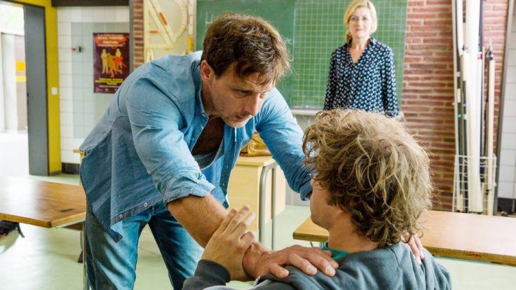 Tom (Jascha Rust) ist verhaltensauffällig. Seine Mutter Sabine Harbacher (Nicola Thomas) weiß nicht weiter. (Foto)