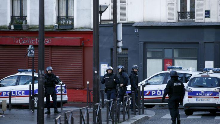 Paris in Aufregung: Der Angriff eines Mannes auf ein Polizeirevier im 18. Bezirk der französischen Hauptstadt sorgte nach den Anschlägen im vergangenen Jahr einmal mehr für ein großes Polizeiaufgebot. (Foto)