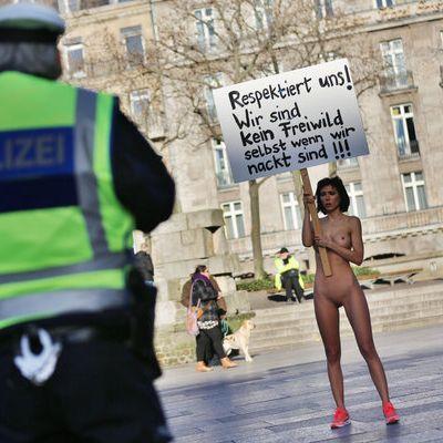 So protestiert die Nacktkünstlerin gegen die Sex-Attacken in Köln (Foto)