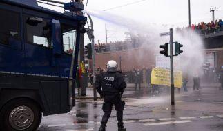 Die Polizei in Köln geht mit Wasserwerfer gegen die Demonstranten vor. (Foto)