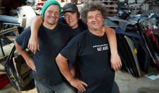 Nachdem mit Manni (l.) und Uwe (r.) nur noch zwei der Brüder den neuen Schrottplatz betreiben werden, freut sich Uwes Sohn Thommy (M.), mit dabei zu sein. (Foto)