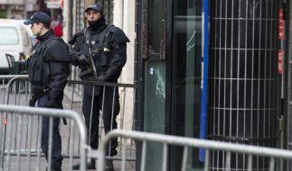 Polizisten vor der Polizeiwache in Paris, die von dem Mann attackiert worden war. (Foto)