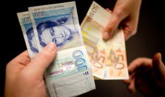 Auch 14 Jahre nach Einführung des Euro kann man in einigen Geschäften noch immer mit der D-Mark bezahlen. (Foto)