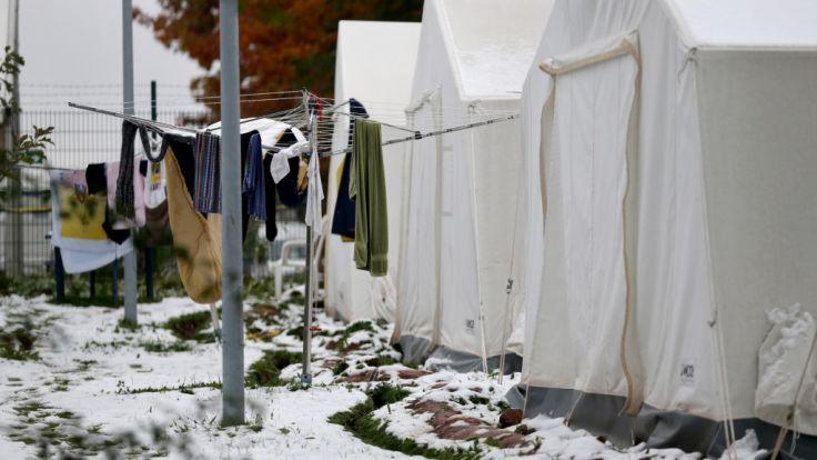 Erster Schnee 2015: Flüchtlingszelte im sächsischen Chemnitz. (Foto)
