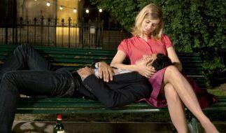 Der gemeinsame Jahrestag hat die Wirkung, die Paolo (Vincenzo Amato, l.) sich erhofft hat: Greta (Nora Tschirner, r.) ist erst einmal beruhigt. (Foto)