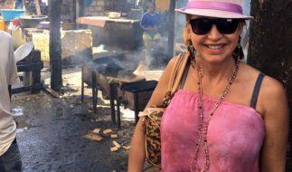 Carmen Geiss posiert im schicken Luxusoufit lässig im Slum von Cartagena (Kolumbien). (Foto)
