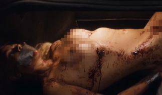 """Im ZDF-Krimi """"Der Wolf"""": Jenny Elvers als Leiche im Kofferraum. (Foto)"""