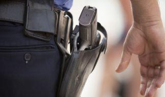 Sicherheitsmann mit einer Pistole im Halfter. (Foto)