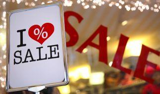 """Winterschlussverkauf: Händler wirbt mit einem """"I love Sale"""" Schild. (Foto)"""