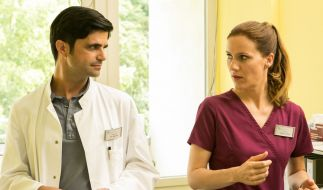Betty Dewald (Bettina Lamprecht) hat Dr. Behring (Maximilian Grill) im Blick. (Foto)