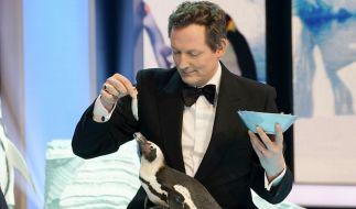 Moderator Eckart von Hirschhausen mit Pinguin Sandy. (Foto)