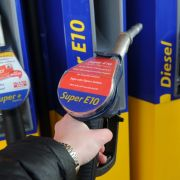 Abgefahren: Schäuble will Benzin-Steuer wegen Flüchtlingskosten! (Foto)