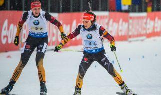 Vanessa Hinz und Laura Dahlmeier beim Wechsel. (Foto)