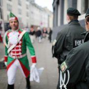 Vor diesen Karnevals-Kostümen warnt die Kölner Polizei (Foto)