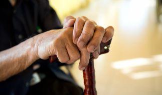Hände eines alten Mannes mit Gehstock: In Japan ist der älteste Mann mit 112 Jahren gestorben. (Foto)