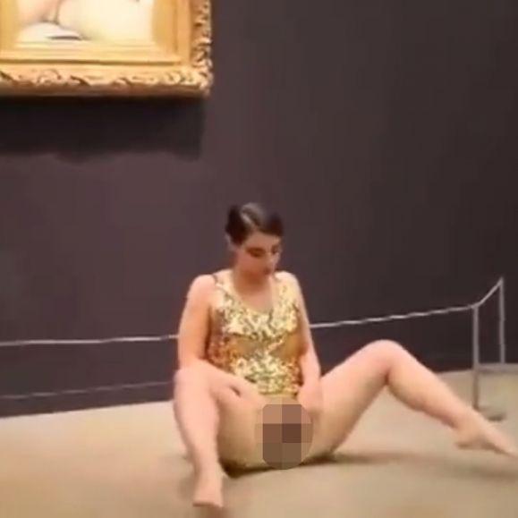 Nacktkünstlerin öffnet ihr Schmuckkästchen (Foto)